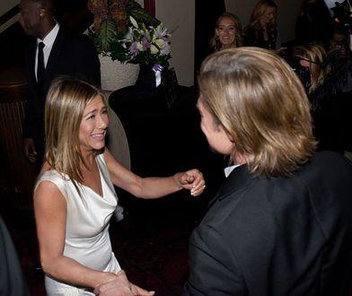 Brad Pitt trzymał Jennifer Aniston za nadgarstek