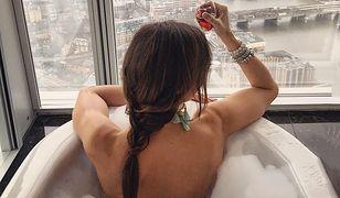 Anna Wendzikowska zażywa kąpieli w wannie.
