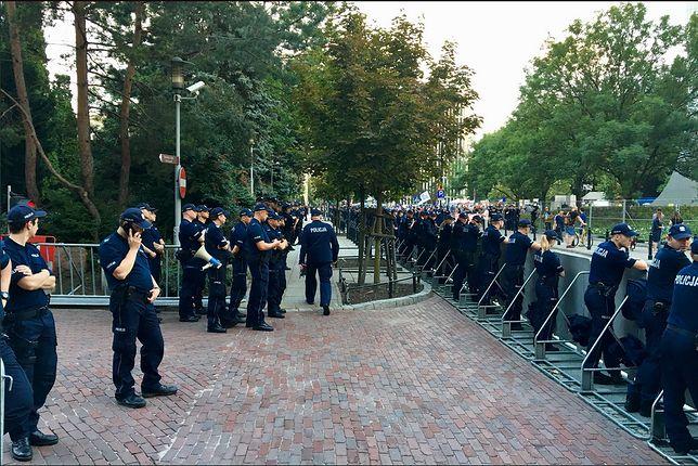 Policja składa do sądu wnioski o ukaranie demonstrantów. Pisali po ścianie Sejmu
