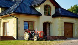 Traktory ugrzęzły na ugorze