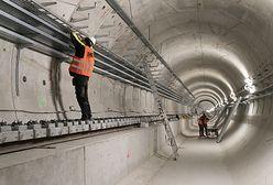 Warszawa. Postępuje budowa metra na Bródnie. Montaż torowiska