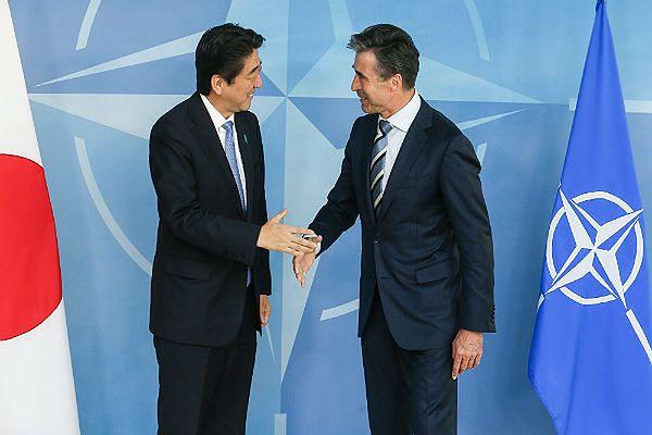 Premier Japonii Shinzo Abe i sekretarz generalny NATO Anders Fogh Rasmussen