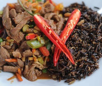 Warzywa z wołowiną i orzechowym dzikim ryżem