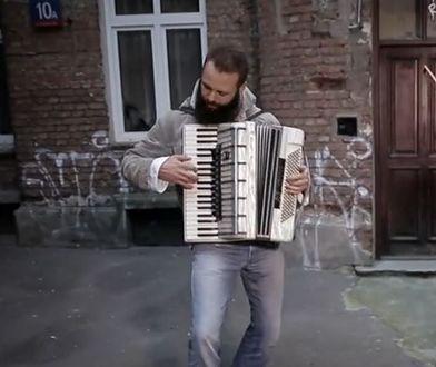 Witek po wyjściu z aresztu zaczął grać na ulicy. I odniósł sukces!