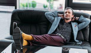 Elegancka stylizacja zyska sporo luzu, gdy dobierzesz do niej kolorowe skarpety