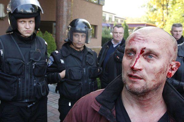 Aktywista z Majdanu, ofiara byłych oficerów Berkutu protestuje przed sądem przeciwko wypuszczeniu ich dowódcy