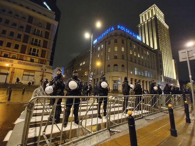 Strajk Kobiet w Warszawie. Protest przed siedzibą TVP