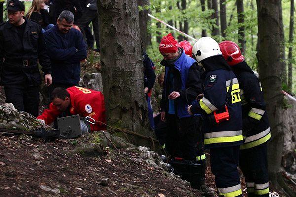 Eksploracja jaskiń bez uprawnień i wbrew zakazom grozi śmiercią (na zdj. akcja ratunkowa po wypadku w Jaskini Wiernej w kwietniu)