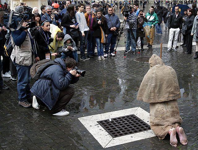Bosy pielgrzym w zgrzebnym stroju modlił sie na Placu Św. Piotra