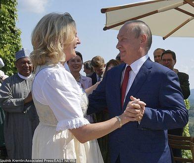 Szefowa MSZ Austrii Karin Kneissl w objęciach Władimira Putina