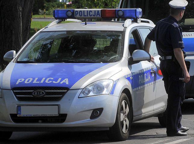 Pijany kierowca wiózł kolegę na dachu samochodu