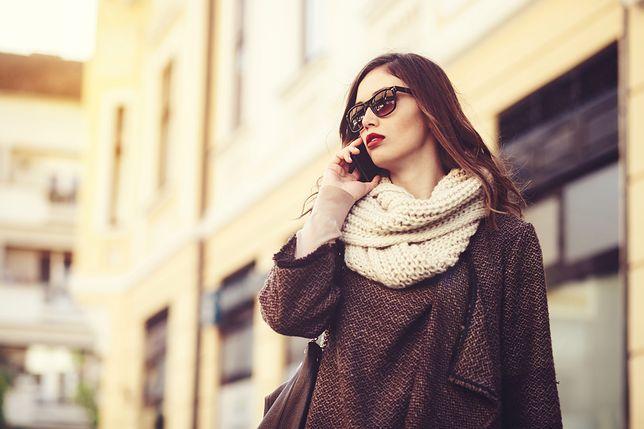 Kolorowe płaszcze na jesień najchętniej nosimy w luźnych i miękko układających się fasonach.