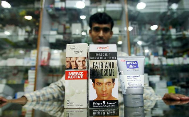 """Krem """"wybielający"""" skórę dla mężczyzn w Indiach, firmowany twarzą gwiazdora Shahrukha Khana"""