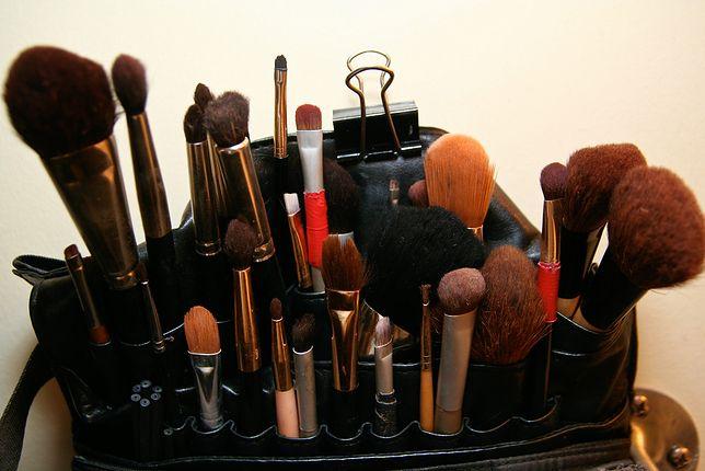 Oczyszczanie pędzli. Domowy trik ułatwi mycie pędzli do makijażu