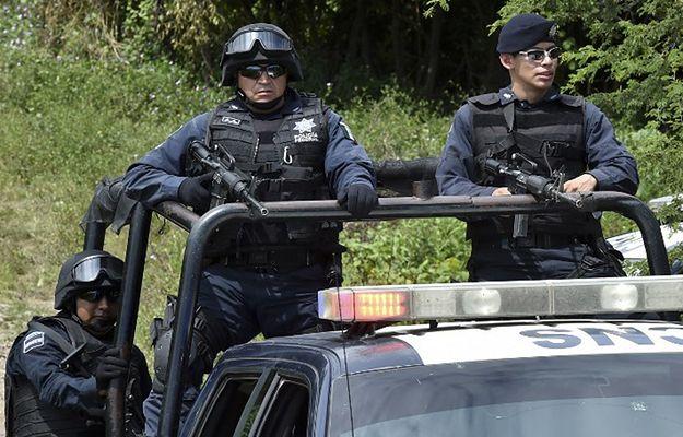Policja w Iguali w stanie Guerrero po odkryciu masowego grobu pod koniec 2014 r.