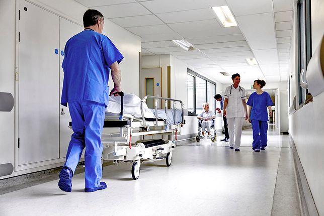 """Matka i noworodek ranieni przez nożownika są już w jednym szpitalu. """"To dobrze na nich wpłynie"""""""