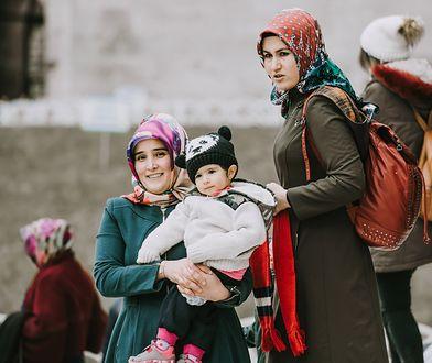 Turczynki na spacerze z dziećmi