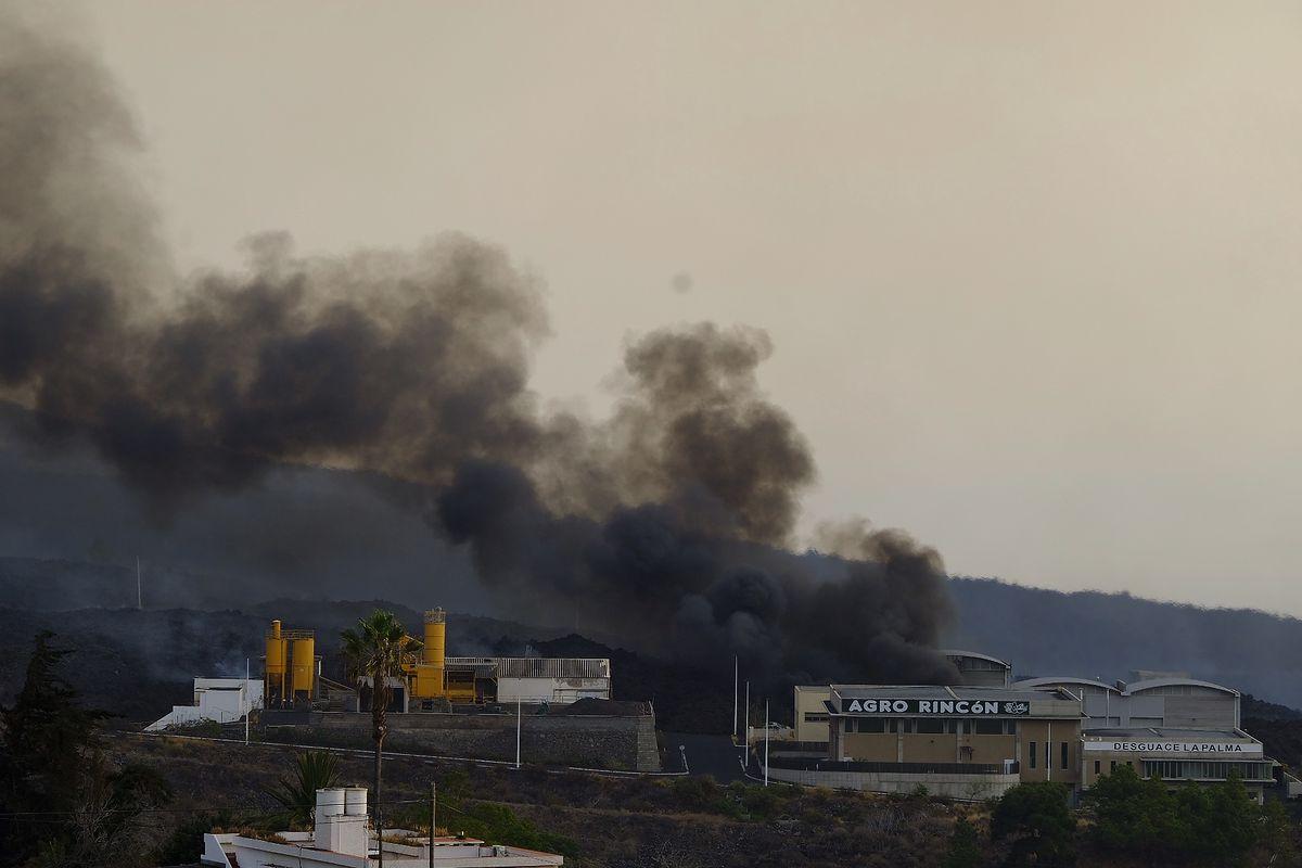 La Palma. Lawa wdarła się do fabryki chemicznej (Photo By Europa Press via Getty Images)