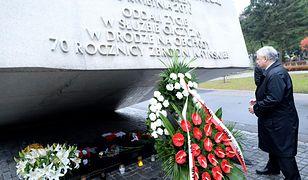 Jarosław Kaczyński przed pomnikiem ofiar katastrofy smoleńskiej