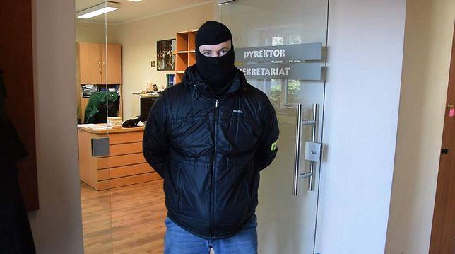 Funkcjonariusz policji podczas przeszukania biura dyrekcji ZOO.