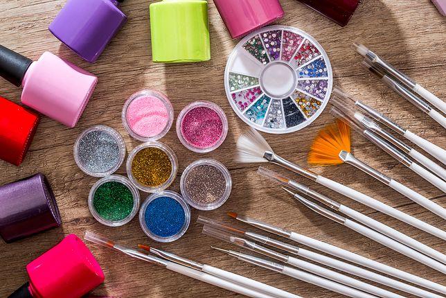Do zdobienia paznokci przyda się zestaw pędzelków, brokatów, pyłków, lakierów oraz innych błyszczących elementów.