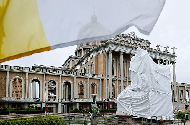 Zasłonięty pomnik ks. Eugeniusza Makulskiego z papieżem