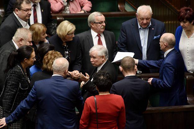 Sondaż CBOS: PiS - 37 proc., PO - 18 proc. Cztery partie w Sejmie