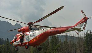 Ratownicy, którzy na miejsce dotarli na pokładzie śmigłowca, odnaleźli ciało (Photo by Artur Widak/NurPhoto via Getty Images)