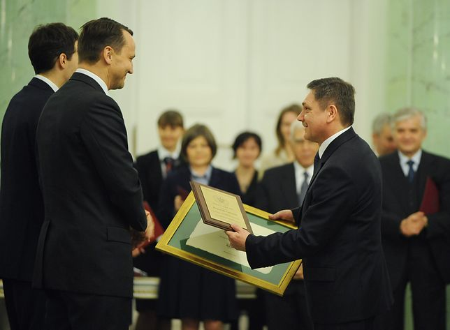 Radosław Sikorski wręcza nagrodę Krzysztofowi Ciebieniowi
