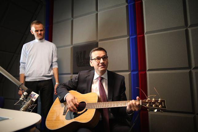 Wicepremier Mateusz Morawiecki z gitarą.