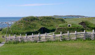 Rekonstrukcja chaty wikingów w L''Anse aux Meadows w Kanadzie