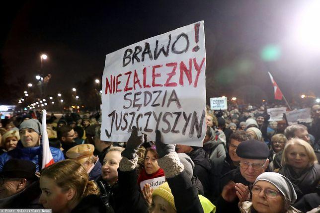 """""""FAZ"""" donosi o demonstracjach w Polsce i prezentuje sylwetki nowych członków TK"""