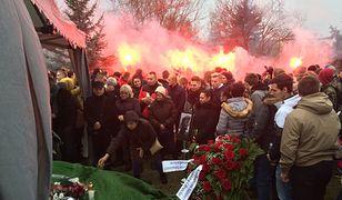 Konin. W pogrzebie Adama C. uczestniczy wiele osób. Rodzina odpaliła race