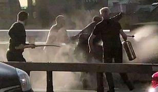 Zamach w Londynie. Na terrorystę rzucili się przypadkowi przechodnie. Do zdarzenia doszło na London Bridge