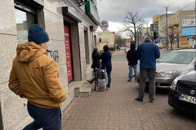 Koronawirus. Kolejki w sklepach w całej Polsce. Klienci zachowują 1,5-metrowe odstępy od siebie