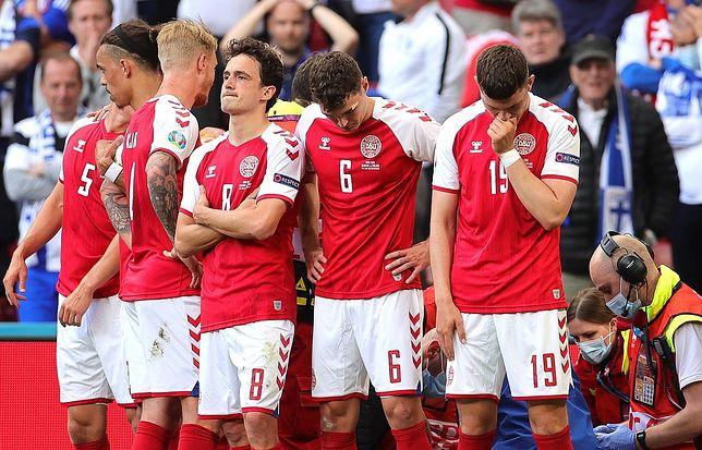Duńscy piłkarza osłaniają akcję reanimacyjną Christiana Eriksena
