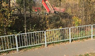 Warszawa. Nielegalne wysypisko śmieci przy Kampinoskim Parku Narodowym