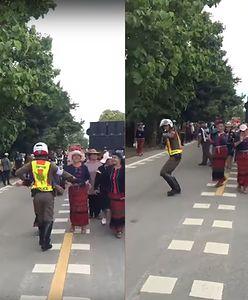 Roztańczony policjant w Tajlandii. Kierując ruchem, dał się porwać muzyce