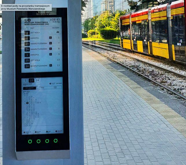 Warszawa. Na kilku przystankach tramwajowych pojawią się nowe elektroniczne rozkłady jazdy. Jeśli przypadną do gustu pasażerom i sprawdzą się w stołecznych realiach, będą wspaniałą pomocą w podróżowaniu miejskim transportem (Urząd Miasta st. Warszawy)