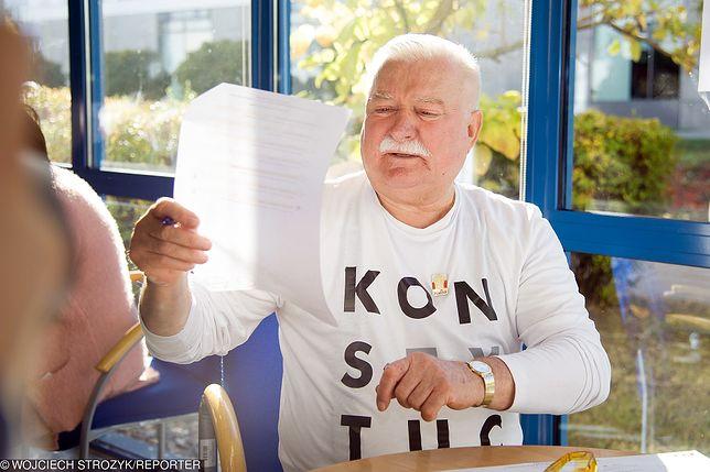 """Lech Wałęsa tradycyjnie w koszulce z napisem """"Konstytucja"""". W podobnej pojawił się na pogrzebie George'a Busha"""