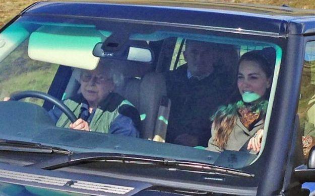 Królowa Elżbieta wsiadła za kółko Range Rovera i zawiozła rodzinę na... polowanie