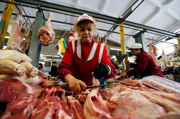 Stoisko z mięsem na bazarze w Moskwie
