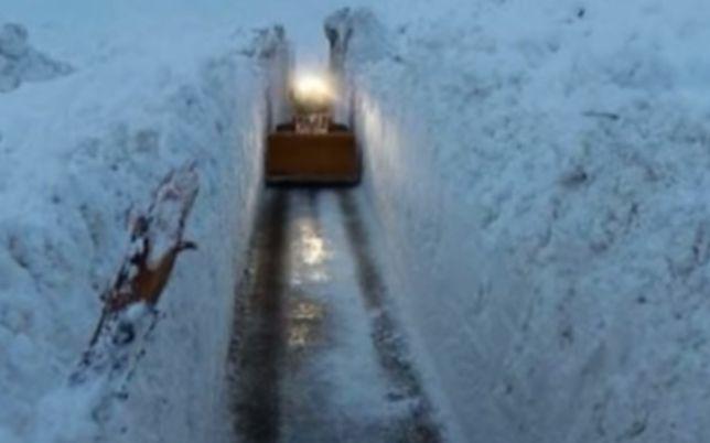 Lawina zeszła na miasteczko w Alpach. Przebili się przez gigantyczne zaspy śniegu