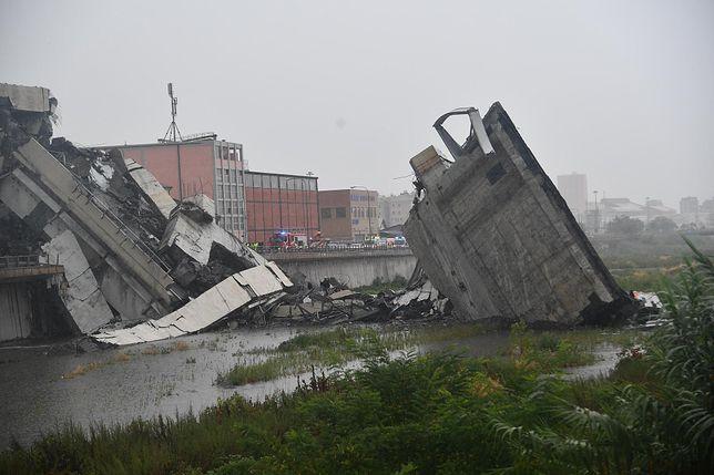 Odcinek mostu runął z wysokości około 40 metrów.