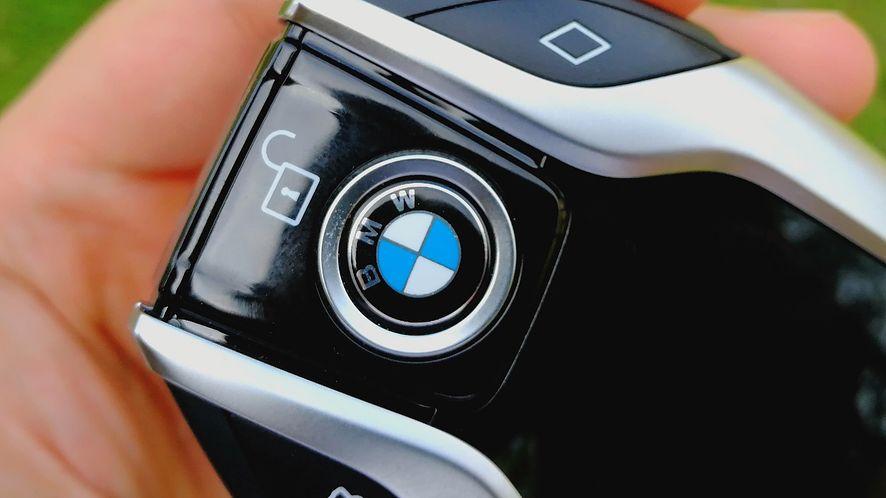 Test kluczyków do BMW, dzięki którym samochód zaparkuje się sam