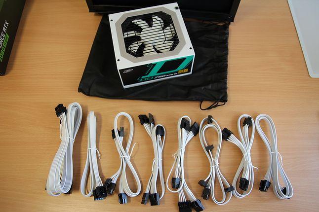 Kable o płaskim profilu są bardzo elastyczne i łatwo manipuluje się nimi w obudowie.