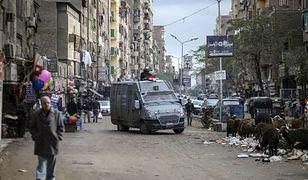 Policja patroluje dzielnicę Kairu w dzień rocznicy wybuchu rewolucji, gotowa do stłumienia ewentualnych wystąpień przeciwko prezydentowi Sisiemu, 26 stycznia 2016 r.
