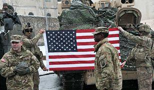 Uroczyste powitanie wojsk amerykańskich w Polsce. W tle przemówień buczenie