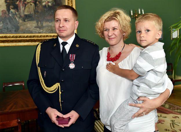 Strażak z Krakowa uratował 1,5-roczne dziecko. Odznaczono go Krzyżem Zasługi