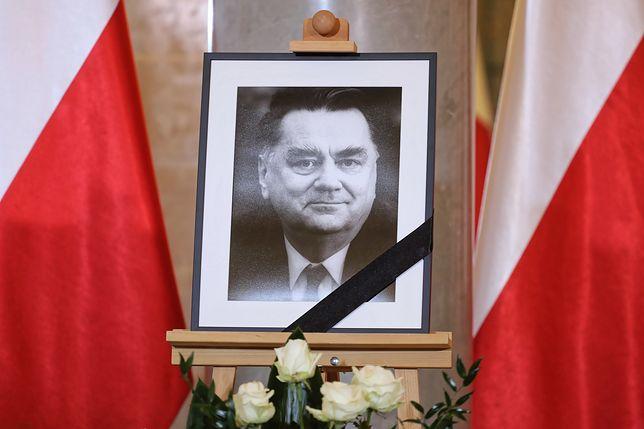 Portret Jana Olszewskiego wystawiony razem z księgą kondolencyjną w kancelarii premiera